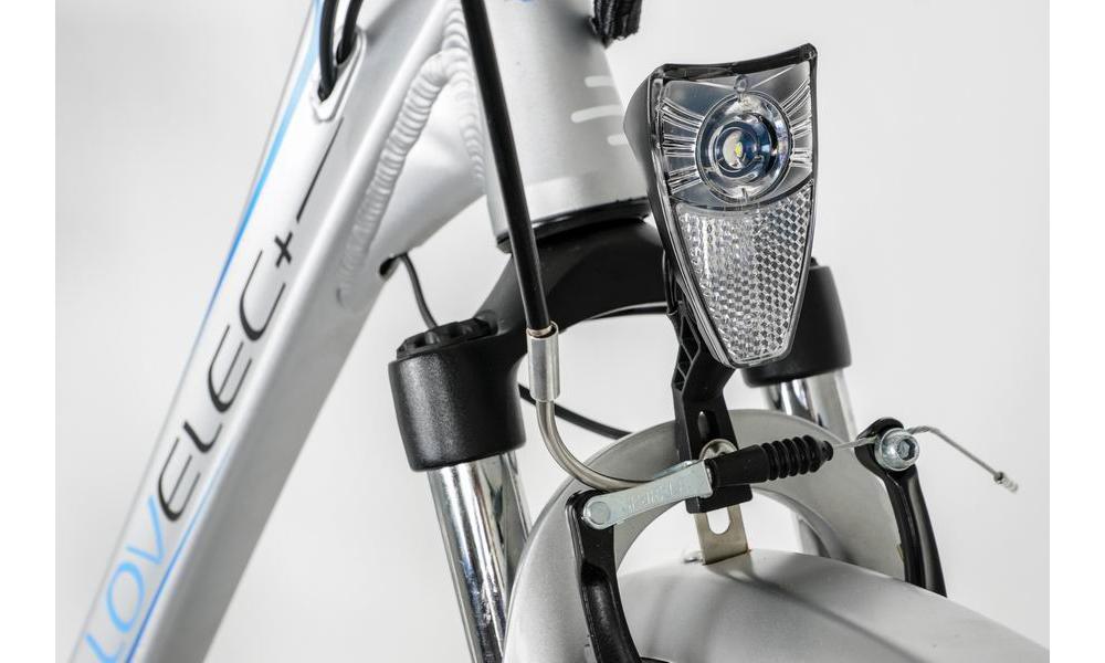 Přední i zadní světlo napájeno z akumulátoru